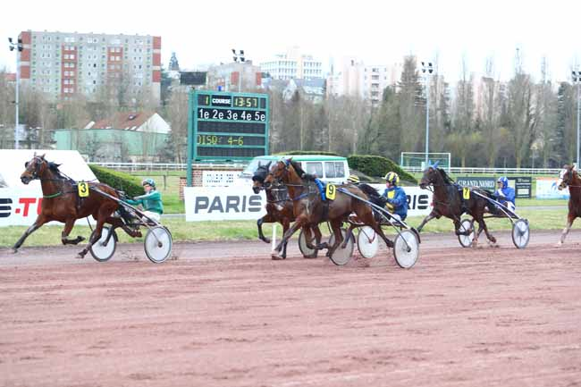 Photo d'arrivée de la course pmu GRAND NATIONAL DU TROT PARIS-TURF à AMIENS le Mercredi 6 mars 2019
