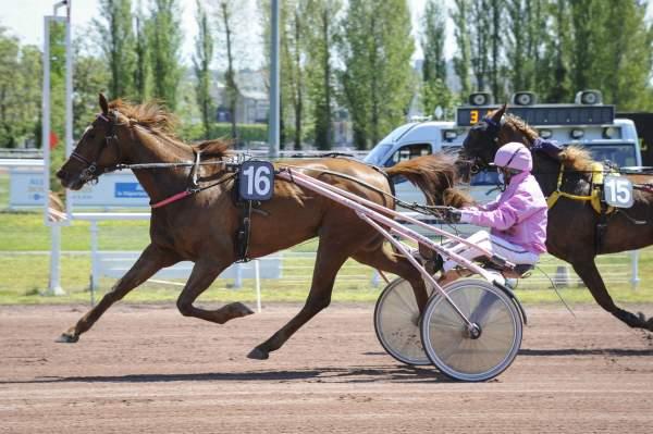 La photo de Eliska Berry Arrivée Quinté PMU Prix de la Chaise Dieu Hippodrome de Vichy 03/05/2021